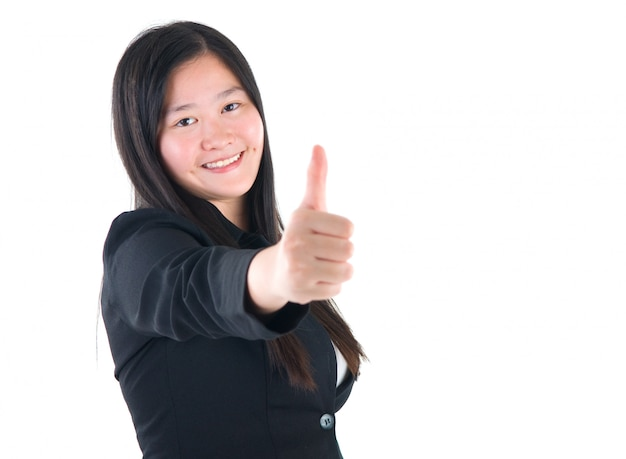 Uma menina asiática dando dedo no sinal em fundo branco