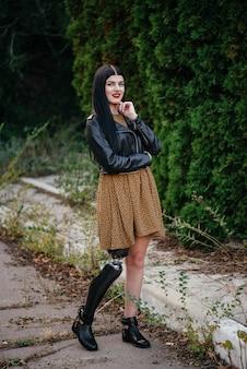 Uma menina bonita é desativada com uma prótese em uma perna.