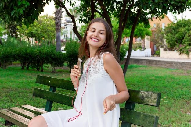 Uma menina bonita em ouvir sua música favorita
