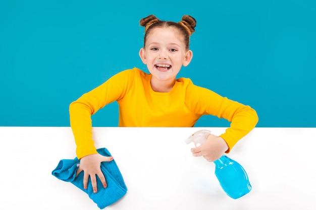 Uma menina bonita vestindo camisa amarela