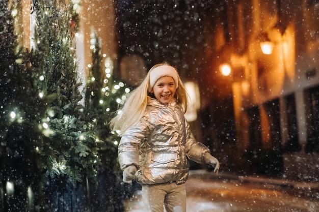 Uma menina caminha pela cidade de vilnius no inverno