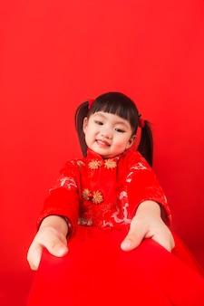 Uma menina chinesa dá as boas-vindas ao festival da primavera