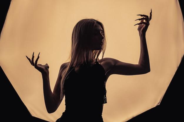 Uma menina com as costas nuas, magreza severa e costelas salientes
