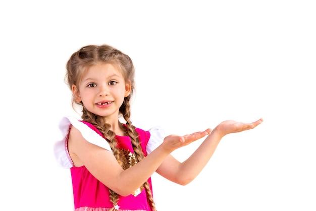 Uma menina com as palmas para cima