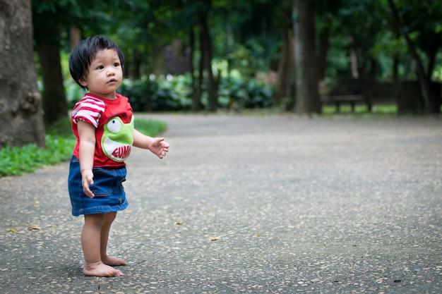 Uma menina começa a andar primeiro no parque
