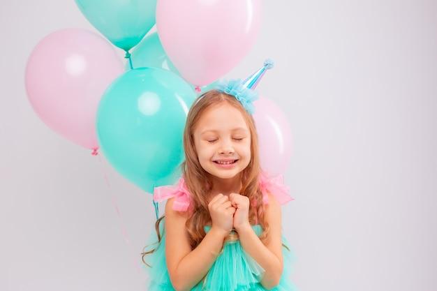 Uma menina comemora seu aniversário no estúdio