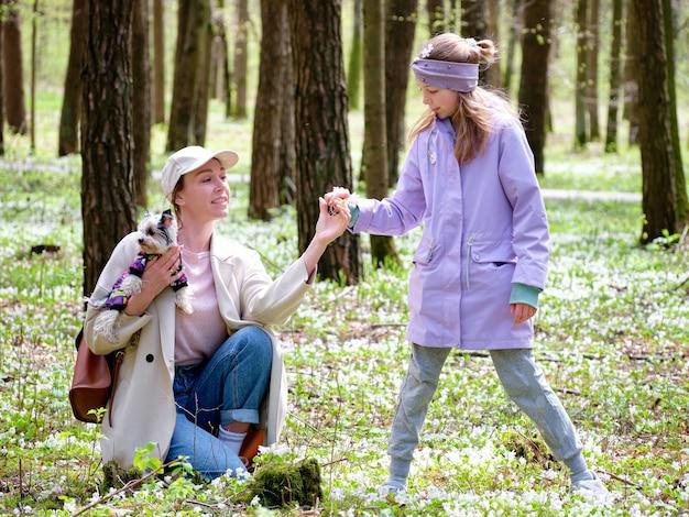 Uma menina dá à mãe um floco de neve em uma clareira na floresta. conceito de relacionamento.