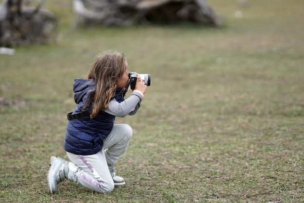 Uma menina de 5 anos tira fotos no parque nacional de sila, na calábria, itália
