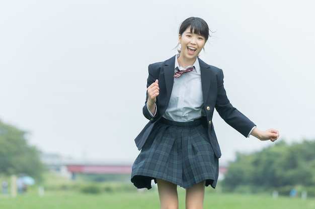 Uma menina do ensino médio que vai para a escola com um sorriso