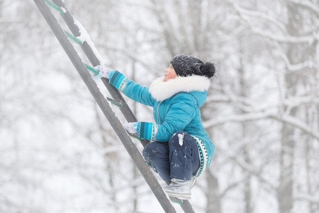 Uma menina e sua irmã estão passeando em um parque de inverno com um cachorro
