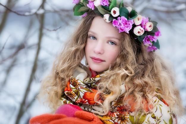 Uma menina em um lenço russo no inverno