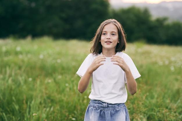 Uma menina em um prado corre na grama