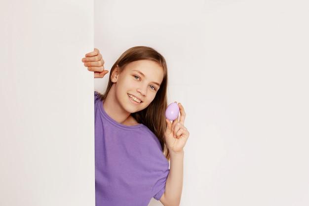 Uma menina em uma caça aos ovos de páscoa