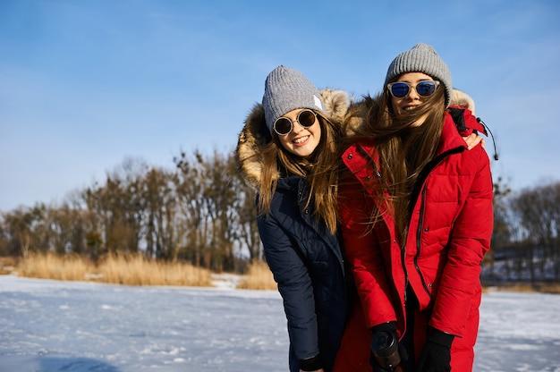 Uma menina moderna passeia e se diverte ao ar livre no inverno