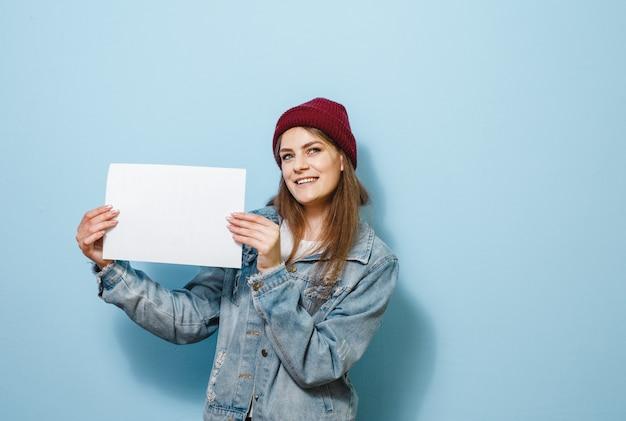 Uma menina morena segurando um painel branco