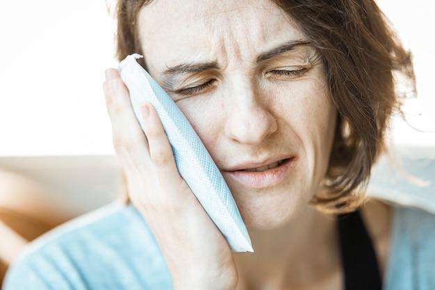 Uma menina mulher com dor de dente