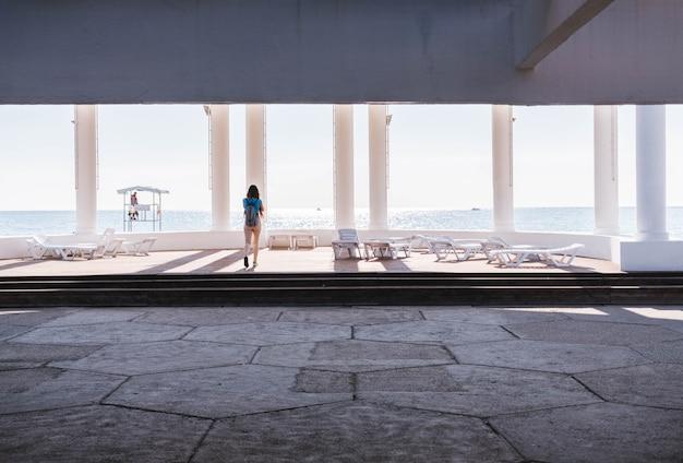 Uma menina olhando para o mar