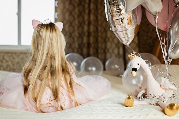 Uma menina sentada na cama