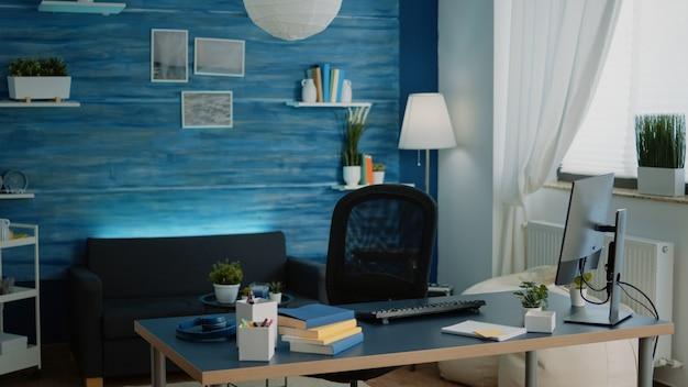 Uma menina sentada na mesa usando o computador e o teclado