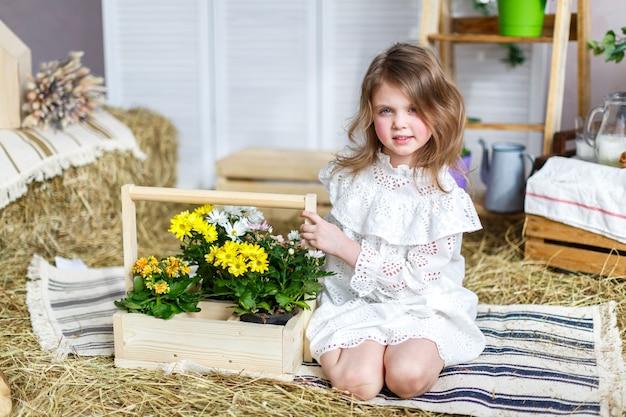Uma menina sentada segurando lindas flores
