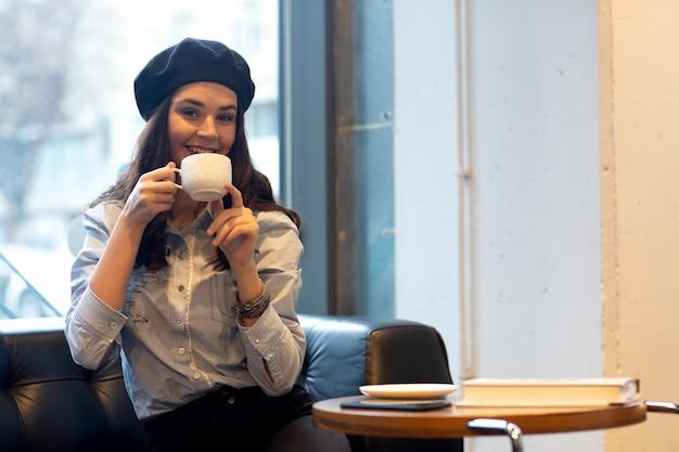 Uma menina sorri em caffee