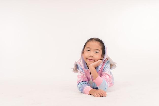 Uma menina sorridente em um unicórnio cosplay