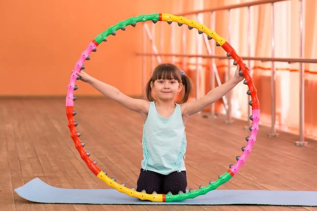 Uma menina tem 5 anos na academia.