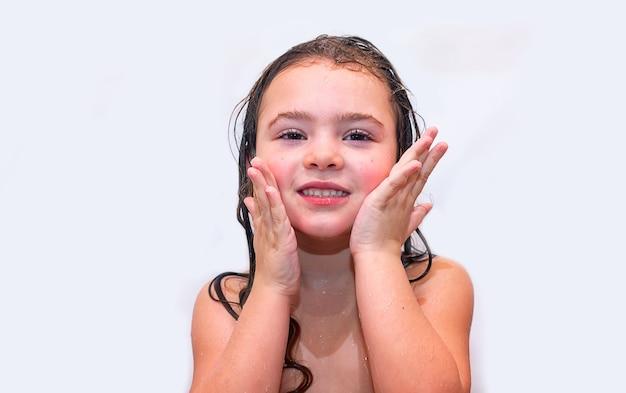 Uma menina tomando banho sozinha