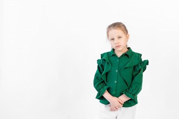 Uma menina triste de 8 a 10 anos de idade em um branco