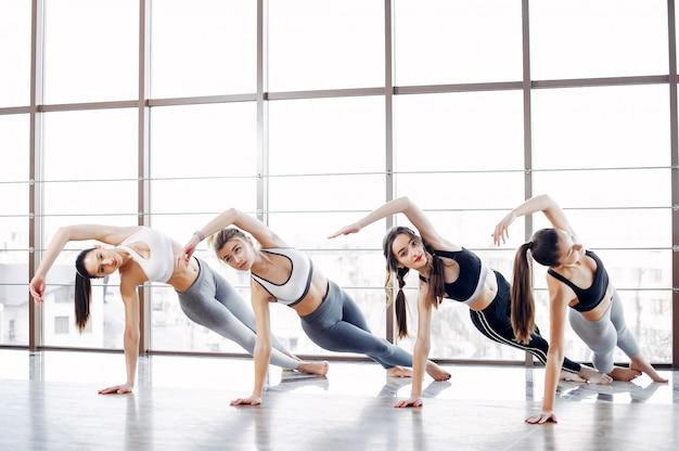 Uma meninas bonitas está envolvida em um ginásio