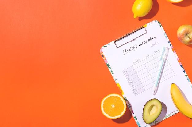 Uma mesa com um plano semanal de nutrição. o conceito de alimentação saudável e perda de peso.