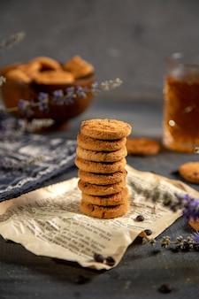 Uma mesa com vista de cima com chaleira e biscoitos