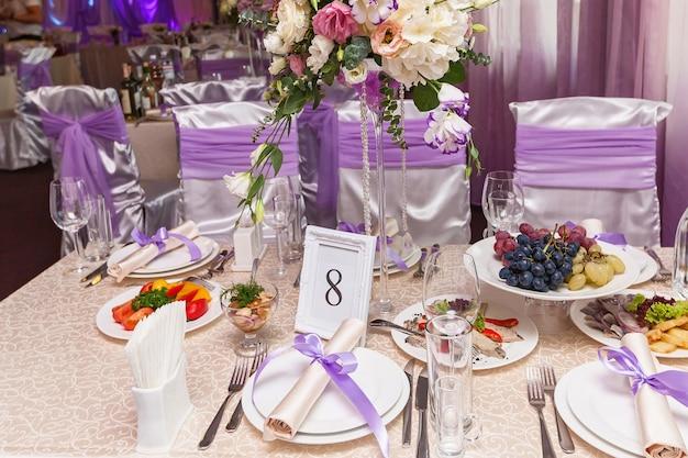 Uma mesa de casamento decorada com o quarto número oito. mesa de casamento servida.