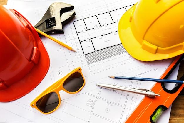 Uma mesa de engenheiros contratados que vão construir uma casa de baixo custo e economizar energia