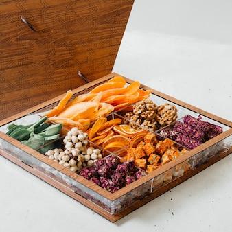 Uma mesa de frente com doces, geléias de frutas secas e doces na mesa de madeira. composição de cores de confeitaria