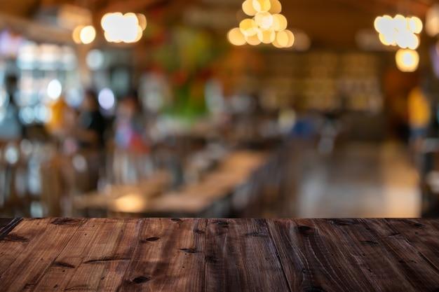 Uma mesa de madeira em um restaurante fundo desfocado