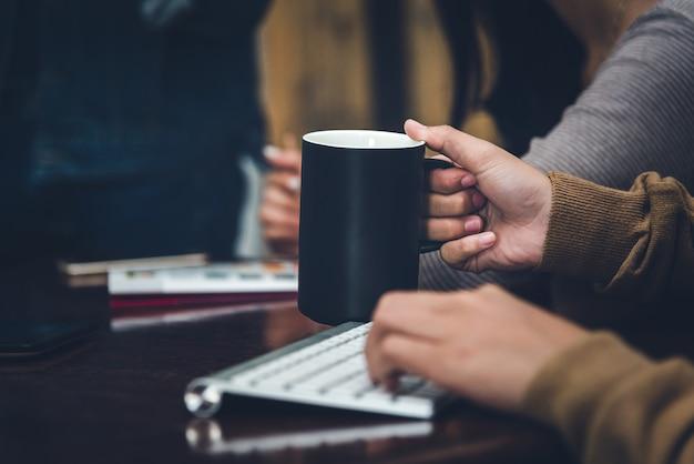 Uma mesa em um escritório com um laptop, ela está escrevendo um blog
