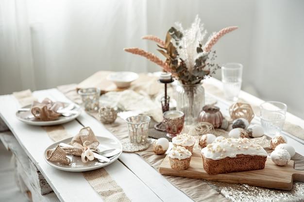 Uma mesa festiva com um belo cenário, detalhes decorativos, ovos e bolo de páscoa.