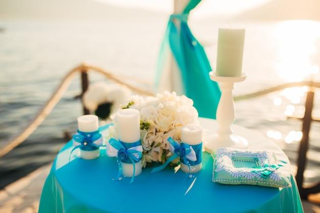 Uma mesa para uma cerimônia de casamento