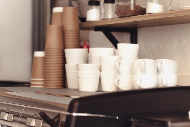 Uma mesa posta no balcão de uma casa de café. barista, café, fazendo café, conceito de preparação e serviço. mãos femininas no trabalho. o estilo moderno