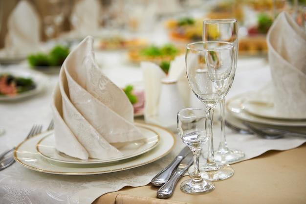 Uma mesa posta no restaurante, comida e bebida