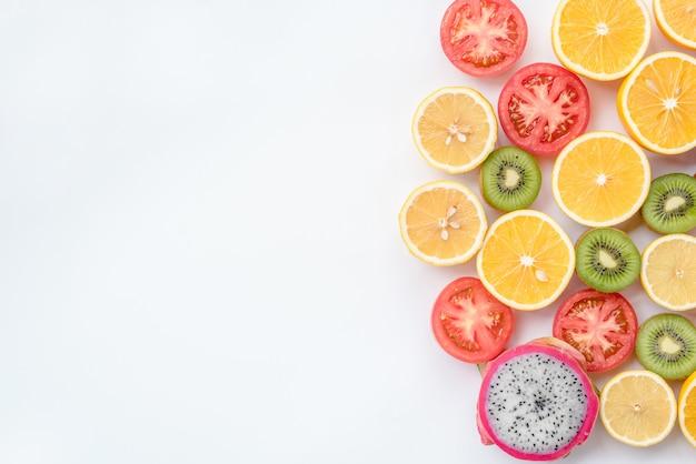 Uma miscelânea de frutas no fundo branco. vista do topo.