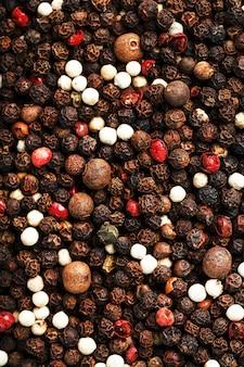 Uma mistura de grãos de pimenta como fundo de textura em tela cheia. close de especiarias