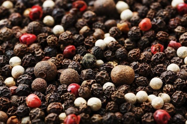 Uma mistura de grãos de pimenta como fundo de textura em tela cheia. especiarias