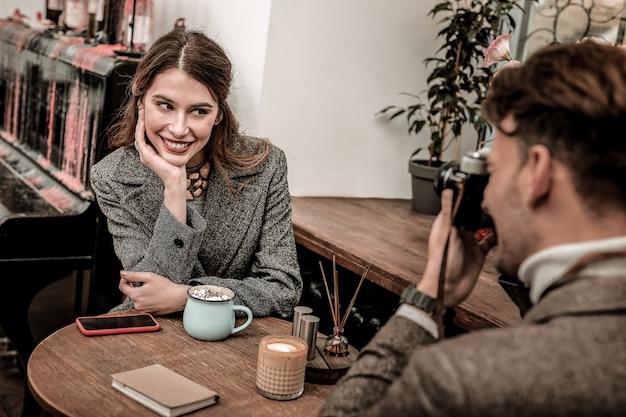 Uma modelo. uma mulher está sendo fotografada por seu parceiro