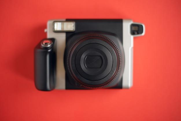 Uma moderna câmera preta de impressão instantânea