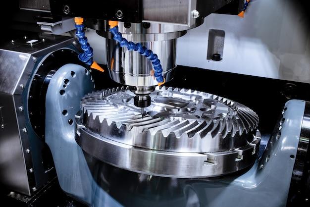 Uma moderna fresadora cnc produz uma grande roda dentada