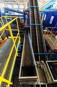 Uma moderna unidade de triagem e reciclagem de lixo e lixo doméstico grande complexo industrial de transportadores, bunkers.