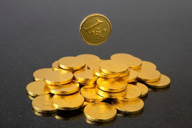 Uma moeda caindo