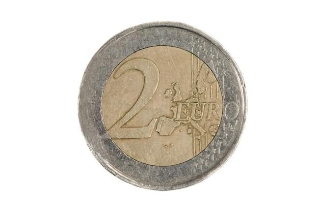 Uma moeda de dois euros em um fundo branco
